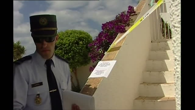 exterior shots of police searching the grounds of the ocean club apartments with sniffer dogs and taping off the entrance to the aparment occupied by... - madeleine mccann video stock e b–roll