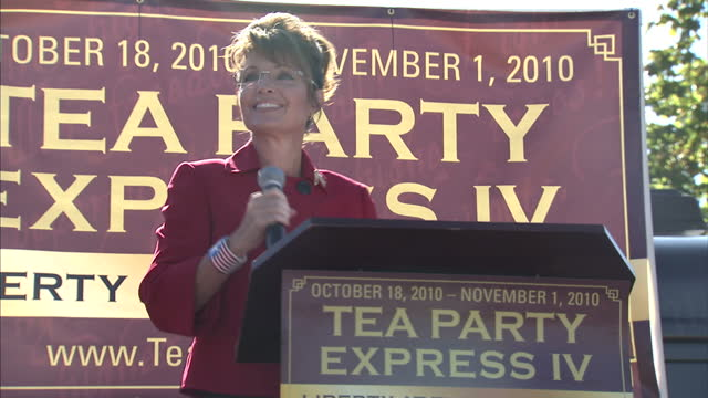 exterior shots of politician and conservative activist sarah palin speaking to supporters at the launch for the tea party express national tour which... - organisierte gruppe stock-videos und b-roll-filmmaterial