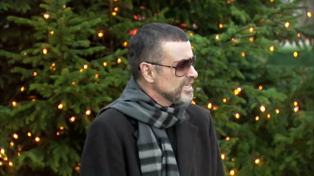 vídeos y material grabado en eventos de stock de exterior shots of pop star george michael giving an emotional press conference regarding his health after recovering from illness on 23 december 2011... - neumonía