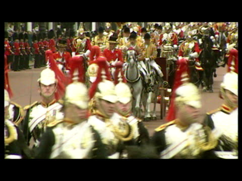 exterior shots of president nelson mandela & queen elizabeth ii waving at crowds as they travel down the mall in an open horse drawn carriage during... - 1996 stock videos & royalty-free footage