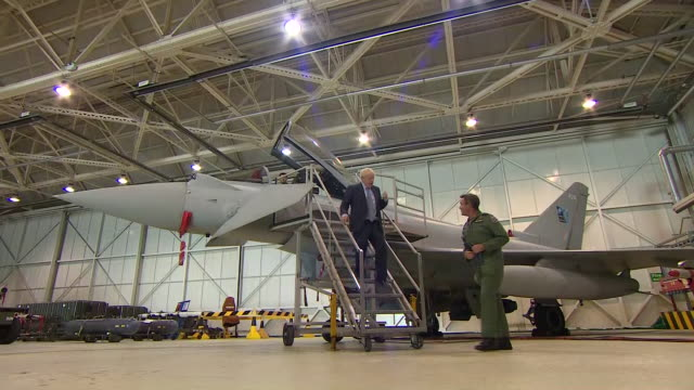 vídeos y material grabado en eventos de stock de exterior shots of prime minister boris johnson inspecting a raf eurofighter typhoon aircraft and chatting to the pilot in the cockpit on a visit to... - ejército británico