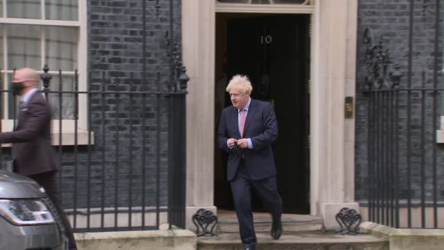 exterior shots of prime minister boris johnson walking from 10 downing street, putitng on face mask and gets into range rover, departs on 6 october... - boris johnson stock videos & royalty-free footage