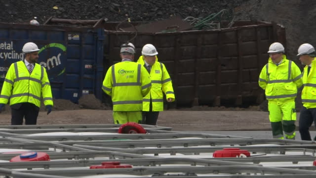vídeos de stock e filmes b-roll de exterior shots of prime minister boris johnson walking with managers on a visit to road contractor fm conway in high visibility jacket and hard hat... - enfeites para a cabeça