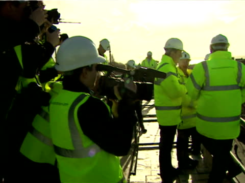 exterior shots of prime minister david cameron visiting a construction site and speaking to young construction workers during a visit to southampton... - 英国ハンプシャー点の映像素材/bロール