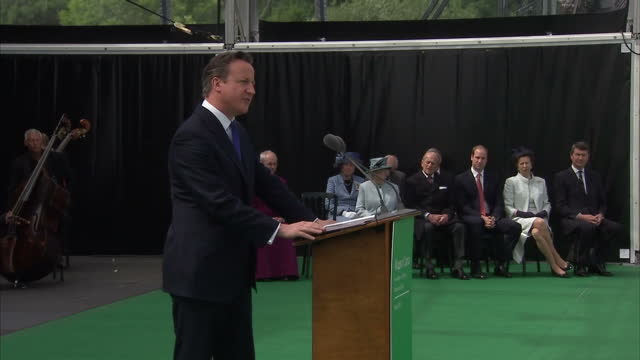 vídeos de stock e filmes b-roll de exterior shots of prime minister david cameron walking to podium on stage at magna carta 800th anniversary event and make speech on june 15, 2015 in... - magna carta documento histórico