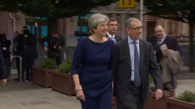 vídeos de stock e filmes b-roll de exterior shots of prime minister theresa may and her husband philip may arriving at the conservative party conference on october 04 2017 in... - conferência partidária