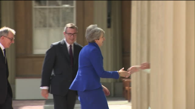 exterior shots of prime minister theresa may arrives at buckingham palace to meet her majesty the queen elizabeth ii to officially resign as prime... - premierminister stock-videos und b-roll-filmmaterial
