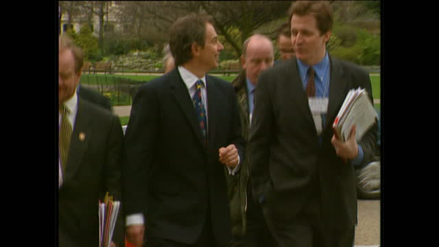vídeos de stock, filmes e b-roll de exterior shots of prime minister tony blair walking through st james park with labour mps and advisors including director of communications alastair... - primeiro ministro