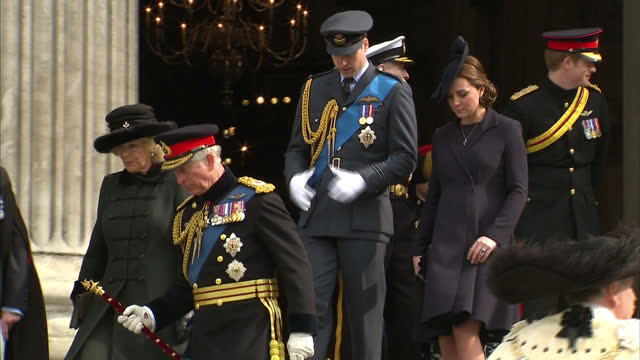 exterior shots of prince charles and camilla duchess of cornwall departing from st paul's cathedral followed by the duke and duchess of cambridge... - famiglia reale video stock e b–roll