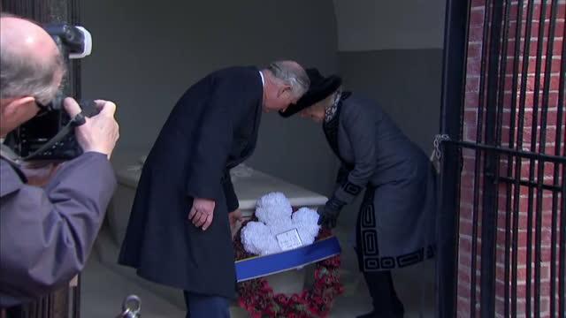 exterior shots of prince charles and camilla, duchess of cornwall visiting the tomb of george washington at mount vernon and laying a wreath.>> on... - バージニア州マウントヴァーノン点の映像素材/bロール