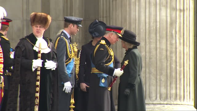 exterior shots of prince charles and camilla duchess of cornwall speaking to the duke and duchess of cambridge on the steps of st paul's cathedral... - famiglia reale video stock e b–roll