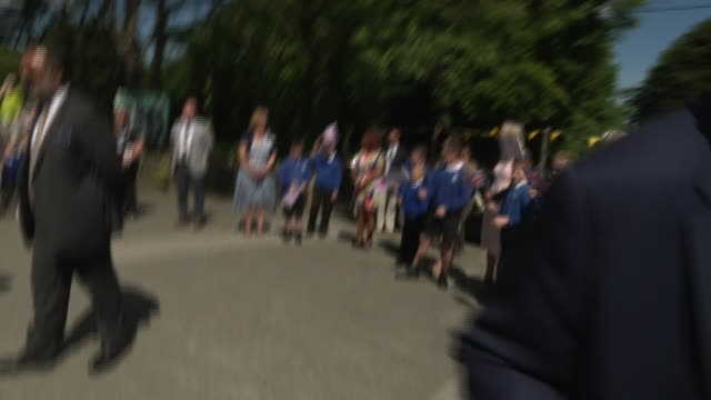 vídeos de stock e filmes b-roll de exterior shots of prince charles and camilla duchess of cornwall meeting school children before departing on 21 july 2020 in st austell united kingdom - st austell