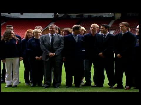 vidéos et rushes de exterior shots of prince charles meeting manchester united players at old trafford. exterior shot of prince charles posing with ryan giggs, david... - 50 secondes et plus