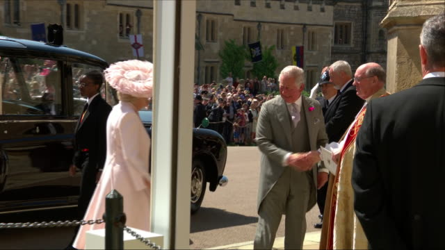 vidéos et rushes de exterior shots of prince charles prince of wales and camilla duchess of cornwall arriving for the wedding of at st george's chapel for the wedding of... - chapelle