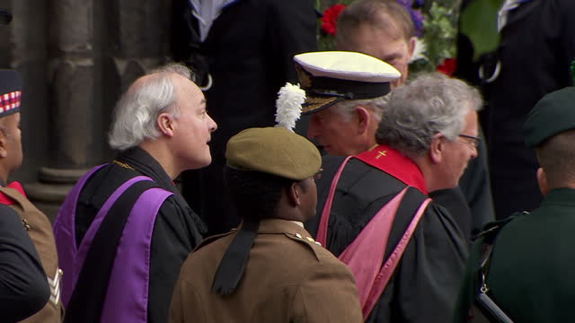 exterior shots of prince charles, prince of wales, walking up towards glasgow cathedral, shaking hands with a few officers in line. - 一百週年紀念 個影片檔及 b 捲影像