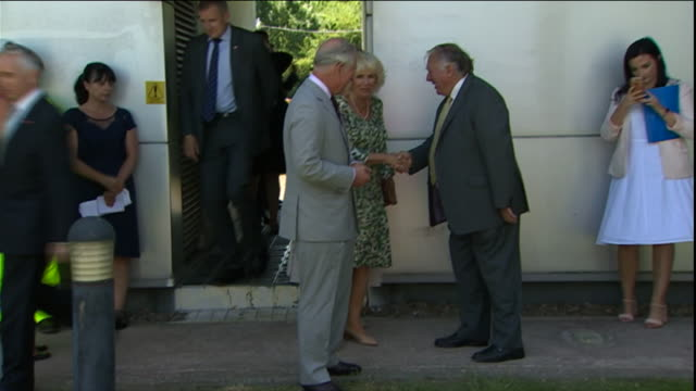 vídeos y material grabado en eventos de stock de exterior shots of prince charles the prince of wales and the duchess of cornwall arriving at the second severn bridge crossing to officially rename... - río severn