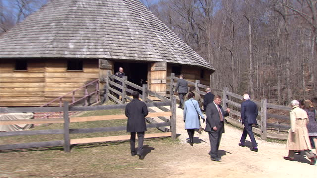exterior shots of prince charles visiting the pioneer farm at mount vernon and viewing the 16-sided treading barn.>> on march 18, 2015 in washington,... - バージニア州マウントヴァーノン点の映像素材/bロール