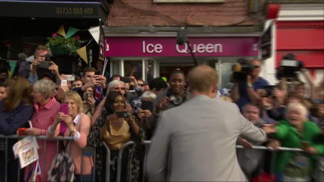 vídeos de stock, filmes e b-roll de exterior shots of prince harry and his brother and best man prince william duke cambridge going back to windsor castle after their prewedding... - papel em casamento