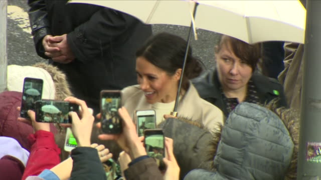 exterior shots of prince harry and his fiancee meghan markle greeting cheering crowds in the centre of belfast in the pouring rain on 23 march 2018... - nordirland stock-videos und b-roll-filmmaterial