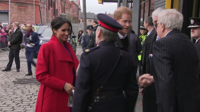 vídeos de stock e filmes b-roll de exterior shots of prince harry and meghan duchess of sussex arriving at the hive wirral youth zone on 14 january 2019 in birkenhead united kingdom - realeza
