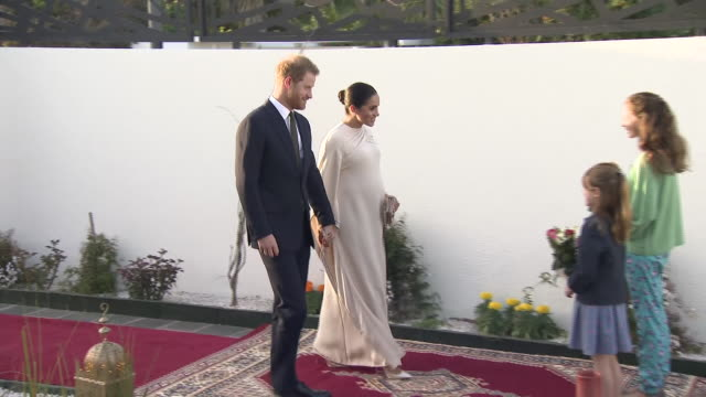 exterior shots of prince harry and meghan duchess of sussex arriving at the residence of british ambassador to morocco thomas reilly and his wife... - 外交点の映像素材/bロール