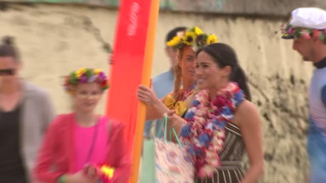 vídeos de stock, filmes e b-roll de exterior shots of prince harry and meghan, duchess of sussex departing from bondi beach on 19 october 2018 in sydney, australia - praia de bondi