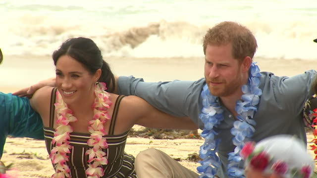 vídeos de stock, filmes e b-roll de exterior shots of prince harry and meghan duchess of sussex joining surfing group onewave in a circle discussion about mental health issues and... - bem estar mental