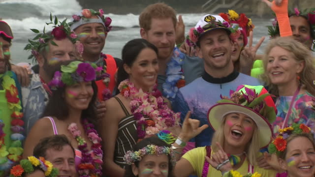 vídeos de stock, filmes e b-roll de exterior shots of prince harry and meghan, duchess of sussex posing for pictures with surfing group onewave on bondi beach on 19 october 2018 in... - praia de bondi