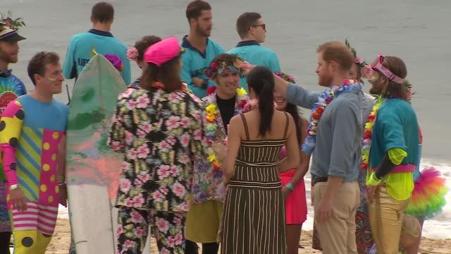 vídeos de stock, filmes e b-roll de exterior shots of prince harry and meghan, duchess of sussex talking to surfers on bondi beach on 19 october 2018 in sydney, australia - praia de bondi