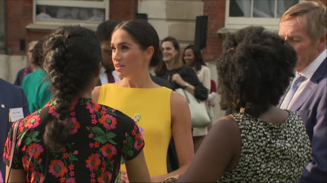 vídeos de stock e filmes b-roll de exterior shots of prince harry and meghan, duchess of sussex with baroness scotland meeting various commonwealth youth leaders at an event at... - dress