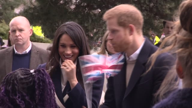 stockvideo's en b-roll-footage met exterior shots of prince harry and meghan markle meeting children outside millennium point before entering the building on 8th march 2018 in... - birmingham engeland