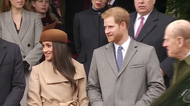 vídeos de stock e filmes b-roll de exterior shots of prince harry and meghan markle speaking with members of the royal family outside st mary magdalene church after attending the... - realeza