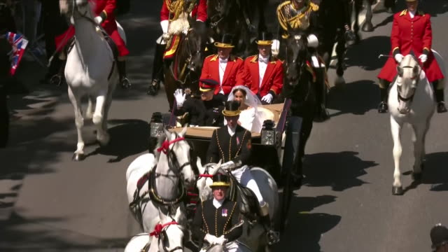 vidéos et rushes de exterior shots of prince harry and meghan markle waving to fans during the carriage procession along kings road including aerial shots of the ascot... - voiture attelée