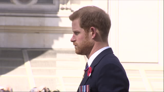 exterior shots of prince harry attending service and laying floral wreath from the queen in anzac day tribute at london cenotaph on 25 april 2018 in... - 戦争記念碑点の映像素材/bロール