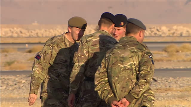 vidéos et rushes de exterior shots of prince harry chatting to soldiers in the desert in afghanistan, on a runway in kandahar on november 09, 2014 in kandahar,... - armée de terre