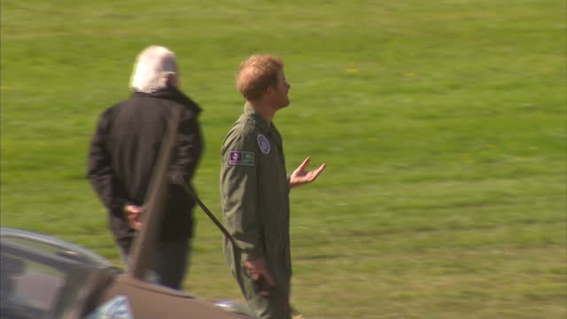vídeos y material grabado en eventos de stock de exterior shots of prince harry iinspecting a spitfire plane during the 75th battle of britain anniversary commemorations at goodwood on september 15,... - avión militar