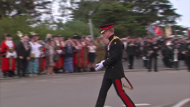 exterior shots of prince harry laying a wreath at the 100th centenary service of the first world war in folkestone, kent. - 一百週年紀念 個影片檔及 b 捲影像