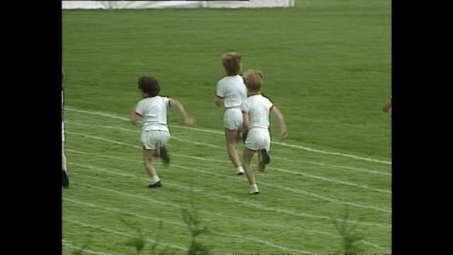 vidéos et rushes de exterior shots of prince harry participating in running events with his schoolmates on sports day at wetherby school on june 09 1992 in london england - enfance