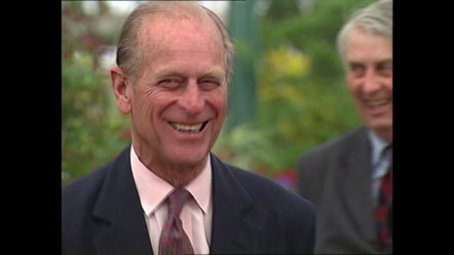 vídeos de stock, filmes e b-roll de exterior shots of prince philip duke of edinburgh and queen elizabeth ii at the chelsea flower show on 14 may 1993 in london united kingdom - formato bruto