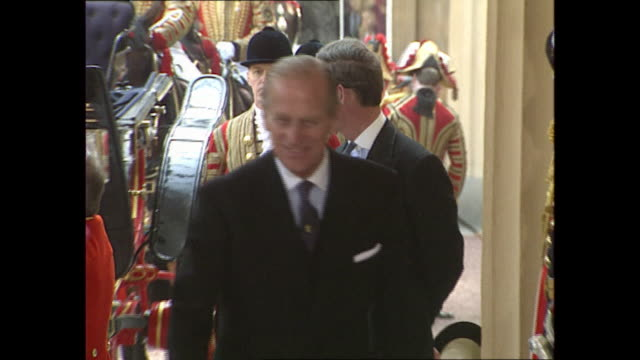 exterior shots of prince philip duke of edinburgh arriving at buckingham place along side queen elizabeth ii, portuguese president soares and prince... - raw footage stock videos & royalty-free footage