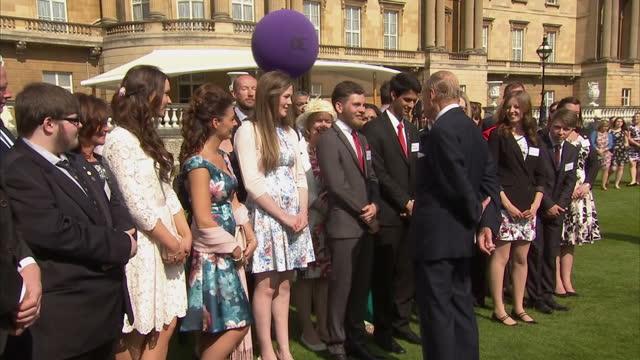 vidéos et rushes de exterior shots of prince philip duke of edinburgh meeting winners of the duke of edinburgh gold award at buckingham palace on may 16 2016 in london... - duc d'edimbourg