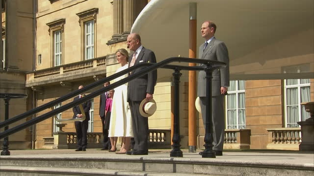 vidéos et rushes de exterior shots of prince philip duke of edinburgh sophie countess of wessex and prince edward earl of wessex arriving at garden party in buckingham... - duc d'edimbourg