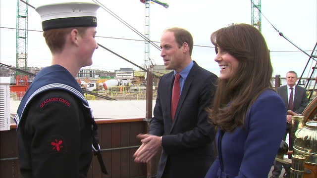 vídeos y material grabado en eventos de stock de exterior shots of prince william and catherine duchess of cambridge arriving at discovery quay to visit rrs discovery on october 23, 2015 in dundee,... - dundee escocia