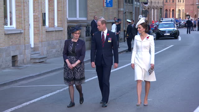 stockvideo's en b-roll-footage met exterior shots of prince william and catherine duchess of cambridge walking through menin gate for a ceremony to mark 100 years since the battle of... - britse koningshuis