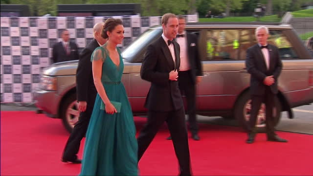 vídeos de stock, filmes e b-roll de exterior shots of prince william & catherine, duchess of cambridge arrive at royal albert hall for a team gb gala. catherine wears a pleated jenny... - gala