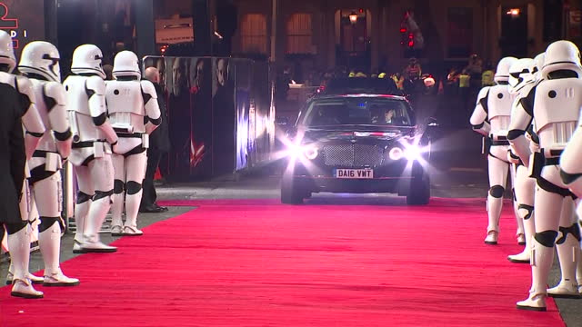vídeos de stock, filmes e b-roll de exterior shots of prince william duke of cambridge and prince harry arriving at the european premiere of star wars the last jedi outside the royal... - série de filmes star wars