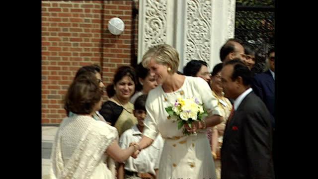 vídeos de stock, filmes e b-roll de exterior shots of princess diana arriving at shri swaminarayan mandir hindu temple in neasden wearing a white dress on june 06 1997 in london england - princesa diana