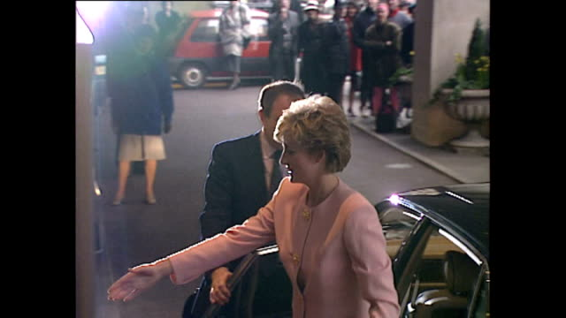 vídeos de stock, filmes e b-roll de exterior shots of princess diana arriving at the ritz on 26 january 1993 in london united kingdom - ritz carlton hotel