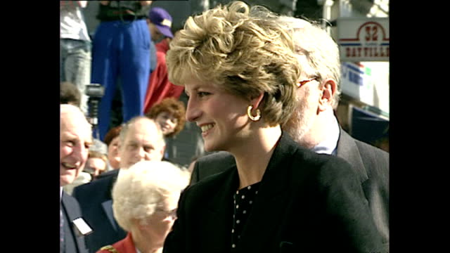 vídeos de stock, filmes e b-roll de exterior shots of princess diana arriving at turning point project on september 10 1992 in london england - 1992