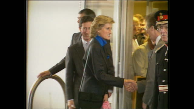 vidéos et rushes de exterior shots of princess diana prince charles arriving and departing from northern general hospital to meet injured survivors of the fa cup semi... - monarchie anglaise